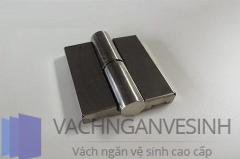 co-nen-su-dung-ban-le-vach-ngan-inox-201-khong-02